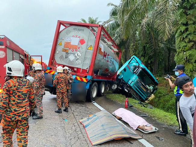 车祸发生后,拖格罗厘坠入路旁沟渠,而轿车的年轻夫妻遗体,被移出后放在路旁。
