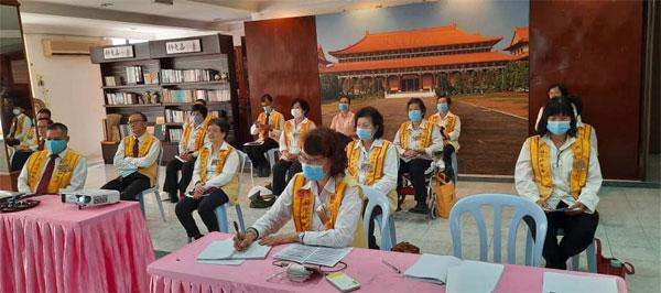 马来西亚的佛光人在遵守标准作业下,观看会员大会直播,并聆听各地佛光协会的报告。