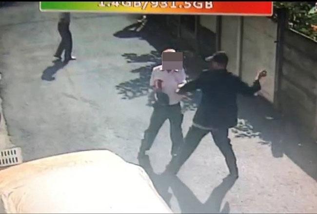 吴男(戴帽者)持玻璃碎片不断攻击父亲,父亲衬衫胸前血迹斑斑,不断求饶仍被刺。