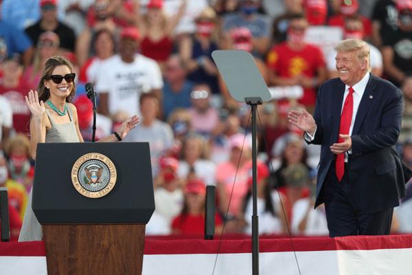 """特朗普周五邀请希克斯上台,两人""""相见甚欢""""。"""