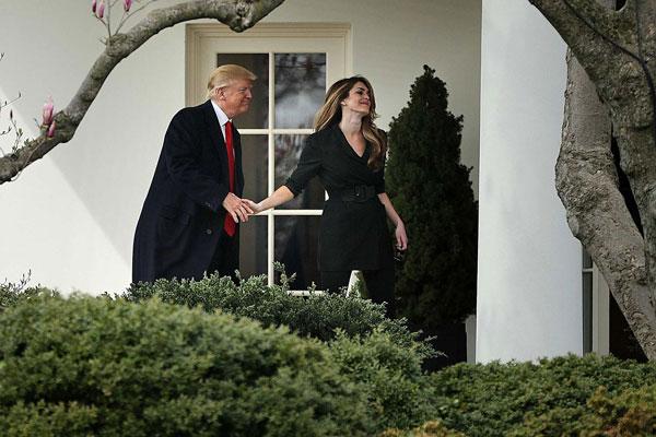 2018年希克斯离开白宫时与特朗普互动的照片,近日因两人确诊感染新冠肺炎而再次被网民疯传。