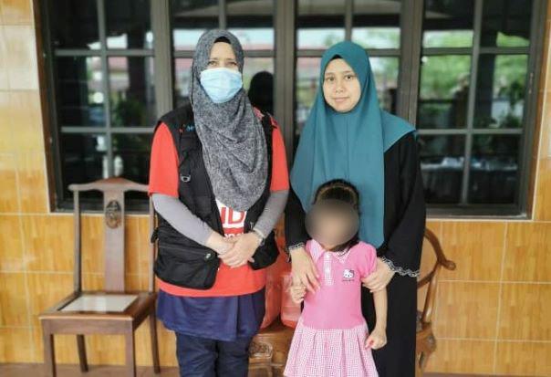 法丽达(左起)移交援助金,给死者的妻子努鲁阿西肯和女儿努阿玛妮。
