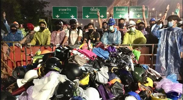 民众捐出头盔及雨伞等装备,物资堆成一座小山。