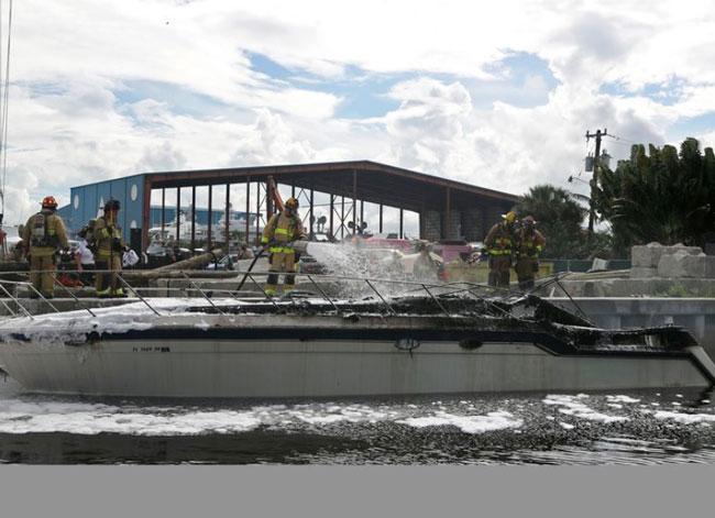 爆炸后,游船严重损毁。