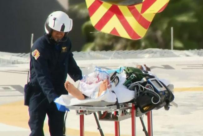 其中一名伤者被安置在担架上送院。