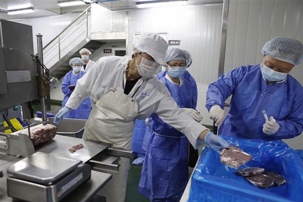 中疾控指出,普通公众可以正常购买和食用进口生鲜。图为8月18日,上海市黄浦区疾控中心工作人员对进口冷冻牛肉进行采样。(中新网)