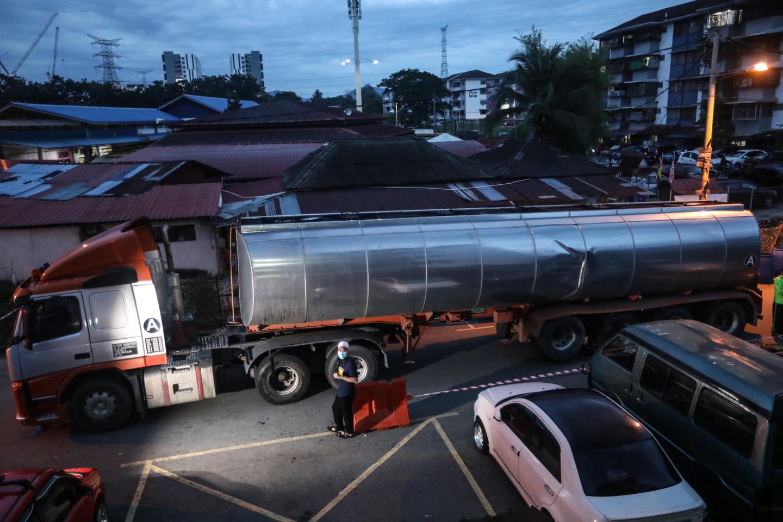 Ebit Lew自费要求水供公司派两辆水槽车,派水给受影响的居民。