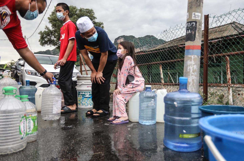 Ebit Lew也上前关心前来拿水的小孩。