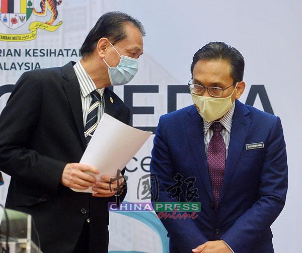 诺希山(左)在记者会开始前,与副卫生总监拿督希山沙稍作商议。