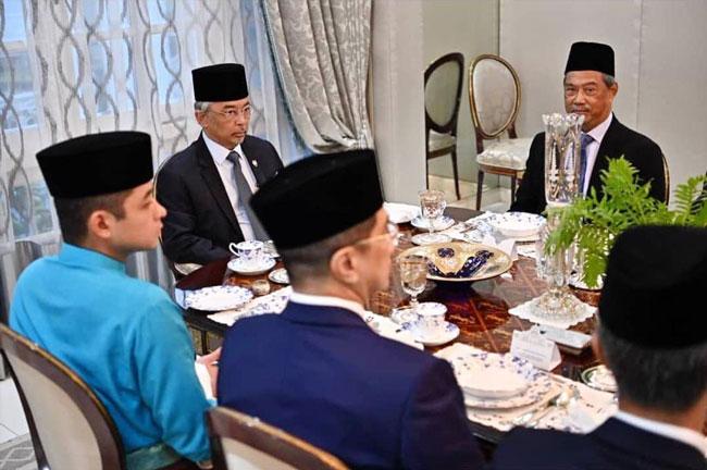 蘇丹阿都拉與多名內閣成員共進晚餐。