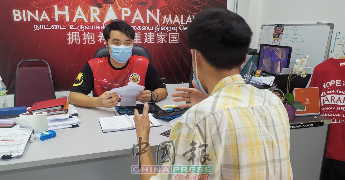 华裔车主因无故接罚单而大感吃不消,所以登门向郭子毅(左)求助。
