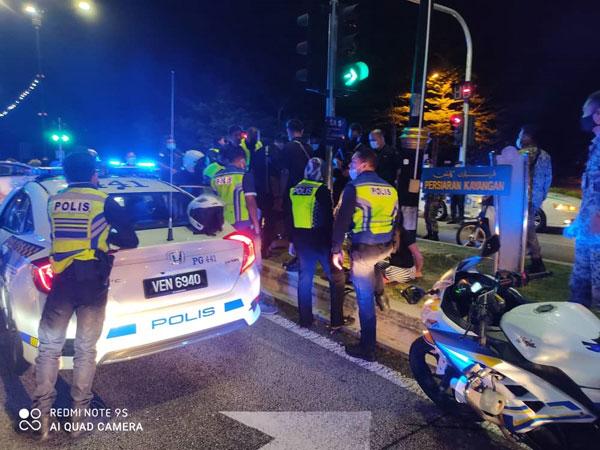 警方在莎阿南9区一个红绿灯处发现失窃巡逻车和2名嫌犯。