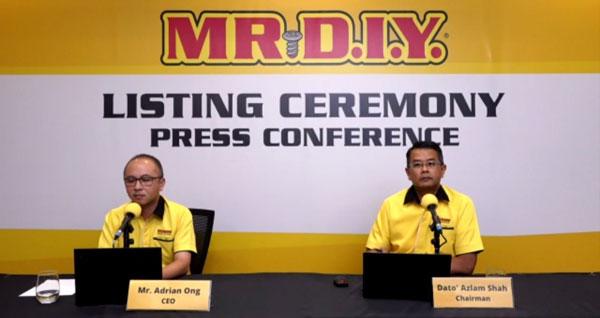 王萃仁(左)和阿兹兰一起主持MR.D.I.Y.上市仪式后的线上记者会。