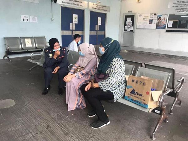 死者同僚到医院太平间慰问死者遗孀。