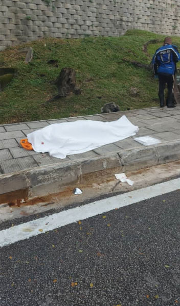 消拯员将死者遗体移出后,送往医院太平间剖验。