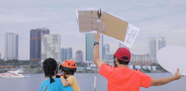 许多家长到新加坡兀兰滨海公园,近距离与家人打招呼。