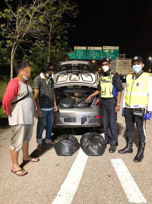 警方在大道截查可疑车辆,意外揭发2名男子跨州运送葛冬叶。