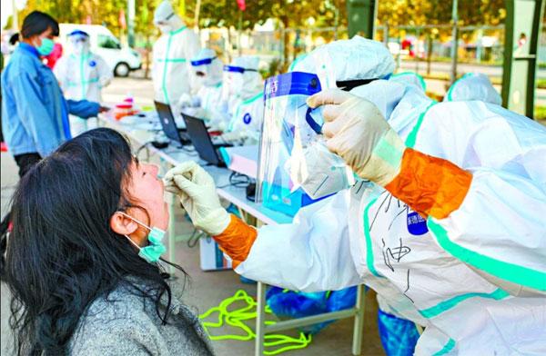 新疆医护人员进行检测。
