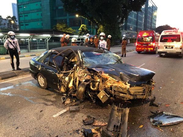 轿车撞上树后,驾驶座的车身被严重压扁,司机遭夹毙车内。
