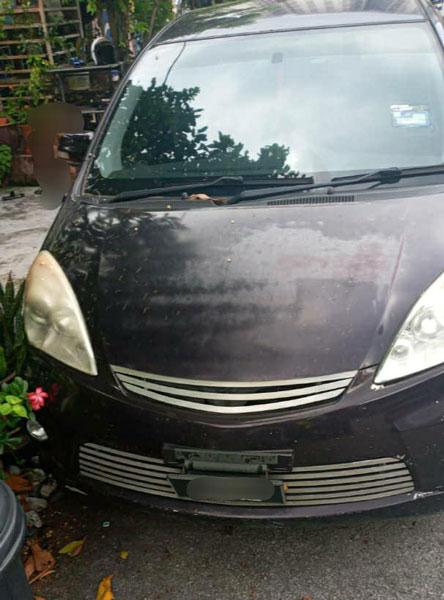 女事主的轿车被该名路霸司机踢坏保险杆和车身。