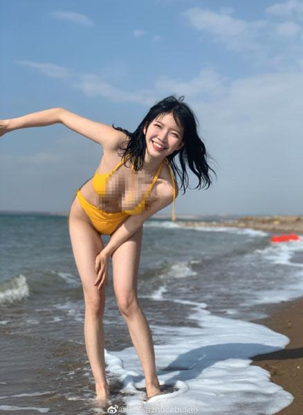 施子怡不时在微博晒出各种撩人姿势的美照。