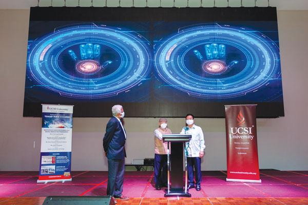 UCSI集团首席执行员兼创办人拿督黄传发(右起)和UCSI大学校长兼主席拿督卡立尤索夫院士高级教授,在姑鲁纳丹(左一)的陪同下,为UCSI大学的新学院——电脑科学与数码革新学院(ICSDI)主持正式推介仪式。