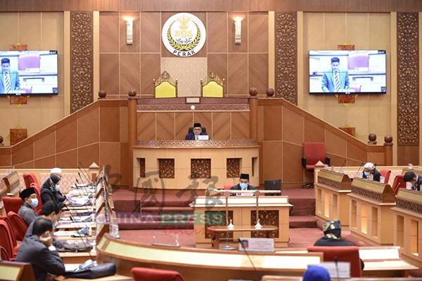 周二州议会首次设有苏丹殿下和苏丹后王座,代表会议是在殿下的见证下进行。
