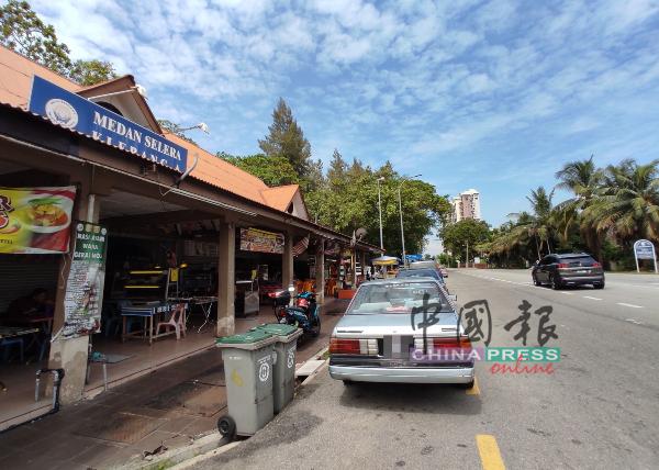 小贩中心旁常有公众双重泊车,导致路面变窄。