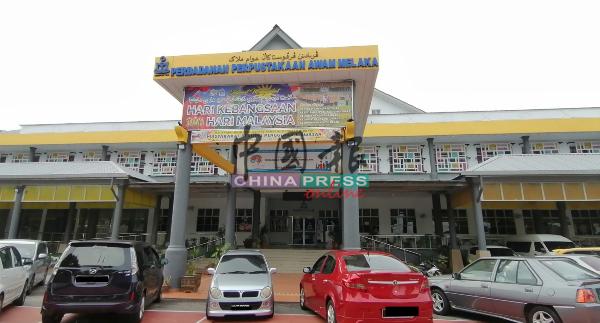 州图书馆的外观,于1996年搬来武吉峇汝现址。