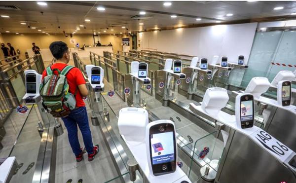 新加坡海陆空的出入境关卡已安装了虹膜和脸部识别认证系统。