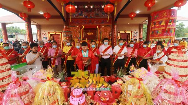 瓜拉芦骨西天娘娘宫理事会成员一同进行请神入庙仪式。