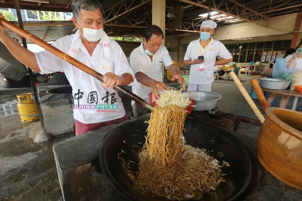 在北添宫服务数十年的义工,每年九皇爷都不间断的到来烹饪素食。