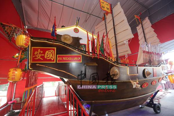 """""""国安号""""王舡船尾张挂着船号双语招牌,令人眼前一亮。"""