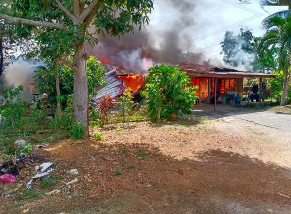熊熊大火烧起甘榜半砖木屋。