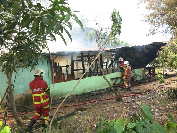 消拯员确保火苗完全被扑灭。