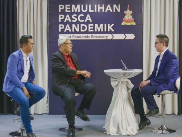 邓章钦(右)在视频中访问10个不同行业的业者。