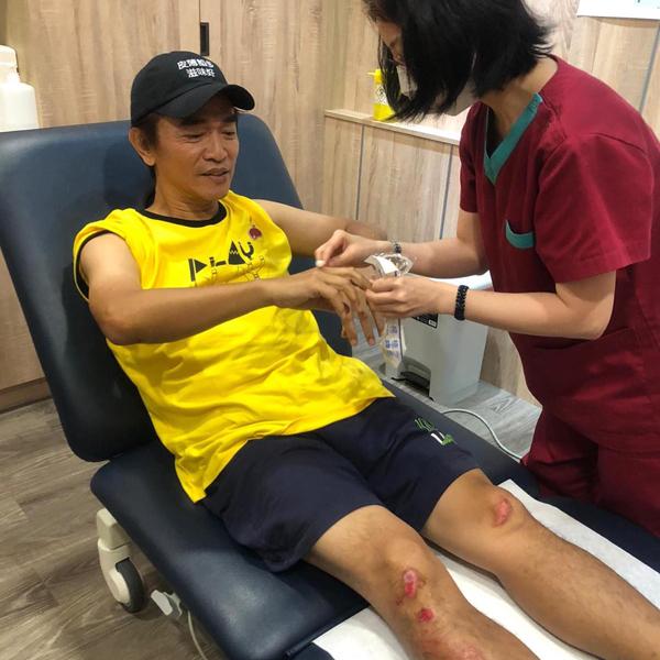 吴宗宪晒出多张伤势照。