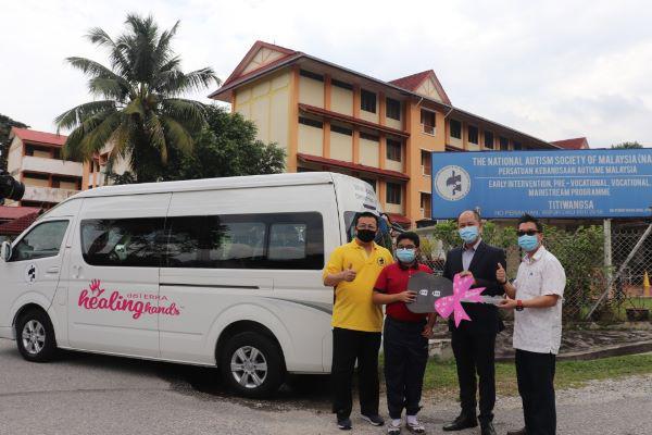 大马多特瑞捐出一辆客货车给予NASOM。王立仁(右2)将模拟钥匙交给NASOM (右)