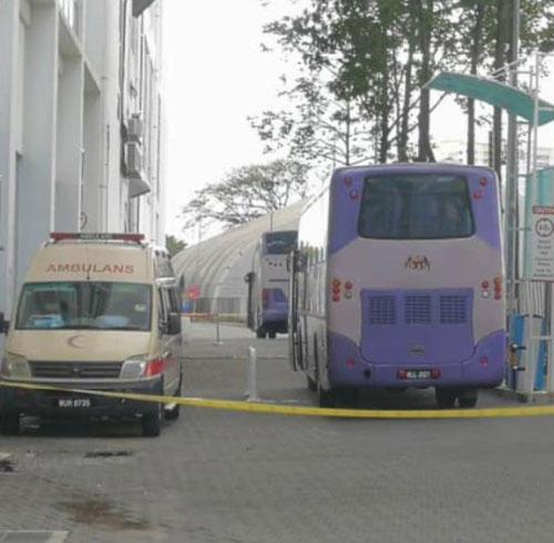 再传出有132位外劳确诊后,在酒店外见到卫生部的大巴士和救护车。