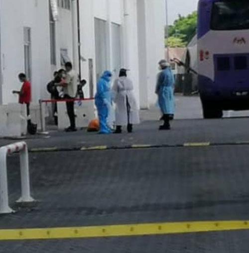 身穿着防护衣的医务人员也前往当地,安排外劳登上巴士。