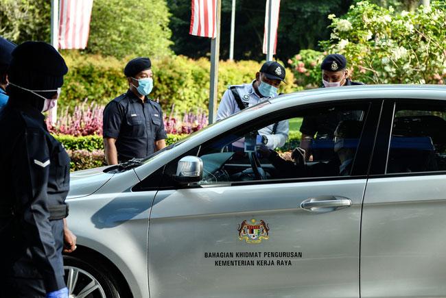 基于疫情影响,国会保安更森严,所有到访的轿车都需停下接受检查,并需向站岗警员出示新冠肺炎检测报告。