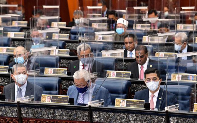 3名高级政务部长出席国会会议时都戴上口罩,右起为阿兹敏、依斯迈沙比里和法迪拉。