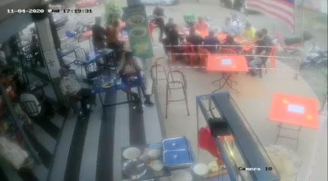 一群食客没有遵守标准作业程序,结果被便衣警察开出罚单。