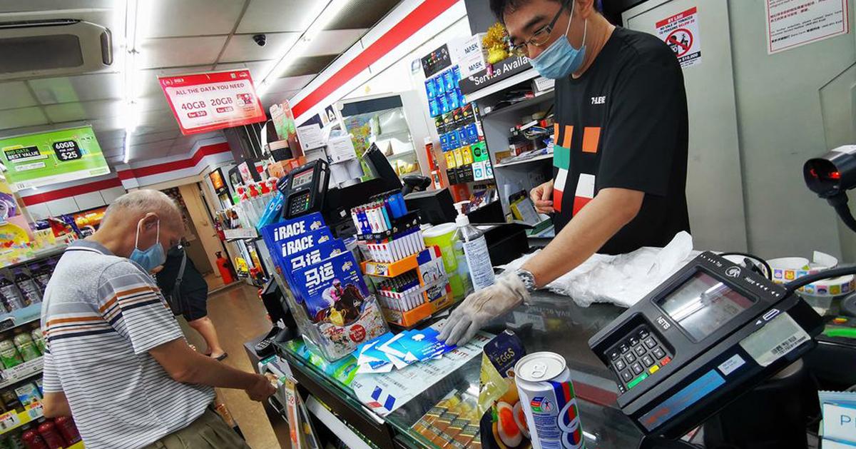 由于老翁购买的数额庞大,店员担心老翁受骗,多次提醒切勿上当。(图取自面子书)