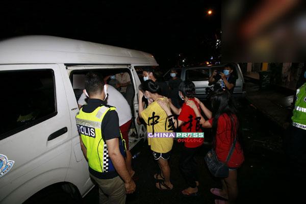 落网赌徒被警方押走调查。