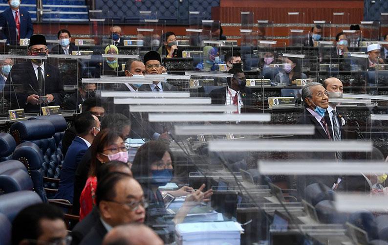 马哈迪(右)站起身,要求国会下议院针对2021年财政预算案政策阶段二读记名投票。