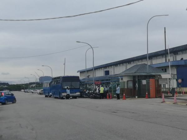 该公司工业区只有其中1座工厂的铁门还能通行,让员工进入进行病毒检测。