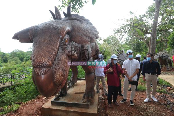 苏莱曼(前排左)参观如火如荼施工的恐龙乐园。