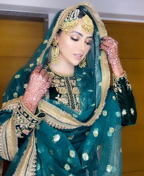莎娜连续多日分享不同的结婚礼服照片。
