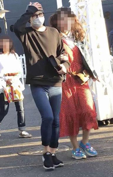 罗兰被拍到与关西夜店工作的陪酒女把臂同游主题乐园。